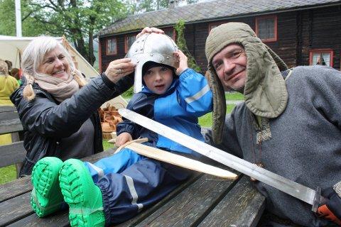 Oddrun Aarflot, Edvard Gridseth Outzen og Frank Villa gjør seg klar til vikingslag.