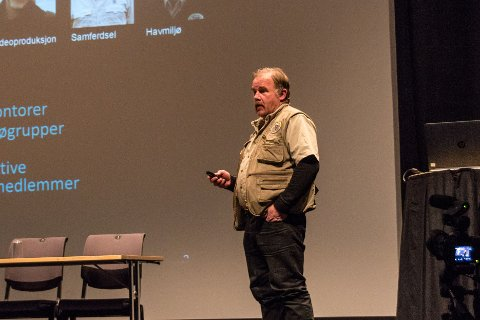 Kurt Oddekalv, leder i Norges Miljøvernforbund, holdt foredrag på det åpne møtet i Hovshall på Sunndalsøra om deponiplanene på Raudsand.