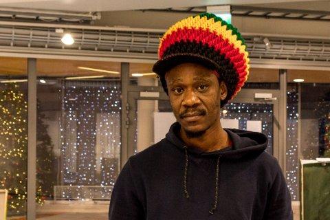 Kunstner Julius Makurumbandi fra Zimbabwe.