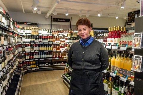 Stabilt: Butikksjef Gunn Gravem Isaksen ved Vinmonopolet på Sunndalsøra registrerer at salget har holdt seg stabilt det siste året.