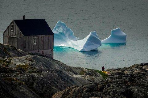 Ammassalik, Grønland  Drivende isfjell i Sermilikfjorden på Øst-Grønland. Ny og dyster forskning viser nemlig at selv om vi begrenser CO₂-utslippene og oppfyller målsettingene i Parisavtalen, så vil isen som dekker det meste av Grønland smelte i rekordfart. Flere og flere isfjell løsner fra de massive breene fra innlandsisen. Sakte smelter de drivende i fjordene og langs kysten. Hvert år reduseres is mengden på Grønland med ufattelige 250 milliarder tonn is, ifølge klimaforskere. Det forsvinner mer is i løpet av sommeren enn det som kommer tilbake om vinteren.  kajakker padler blant smeltende isfjell i Sermilikfjorden på Øst-Grønland. Foto: Heiko Junge / NTB scanpix