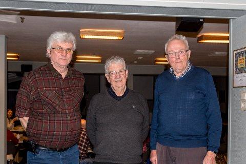 Knut Fredriksen (i midten) er ny styreleder i Støtteforeninga for Sunndal pensjonistsenter. Bjørn Stomsvik (t.v.) og Steinkjell Voll (t.h.) er nye styremedlemmer. De øvrige styremedlemmene, Gjertrud Brun og Sissel Storslett, var ikke til stede da bildet ble tatt.