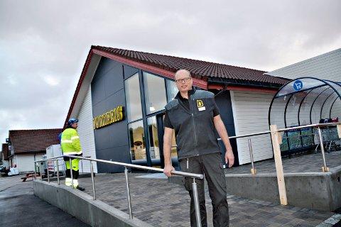 Støtte fra kommunen: Hvis Fylkesmannen stiller seg positiv, kan det igjen bli søndagsåpent butikk for daglig leder Svein Ola Flemmen på Bunnpris-butikken ved Aspøya Fjordsenter.