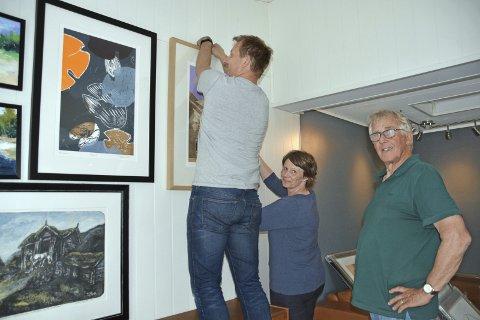DRØPPING: I andreetasjen henger Lars Inge Haugen og Elisabeth Stomsvik opp bilder. Olav Røttingsnes har med seg rundt 120 bilder.