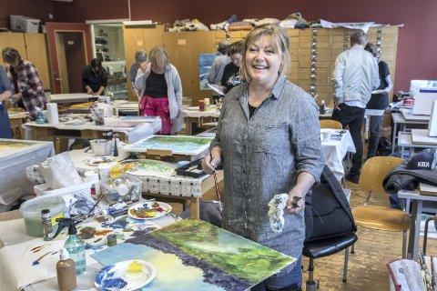 Nye impulser: Solveig Bloch fikk prøve seg på å male Tingvoll-naturen. Det er noe ganske annet enn hva hun maler til vanlig, forteller hun.