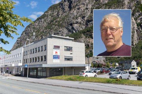 Egil Knarvik (innfelt) ønsker at Sunndalsøra viser fram temperaturrekordene sine på hotellveggen.