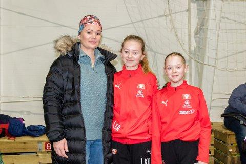 Fotballglede: Sigrid-Anne Kroknes Rød (f.v.), Linnea Kroknes Rød og Julie Kjørnes Gundersen.