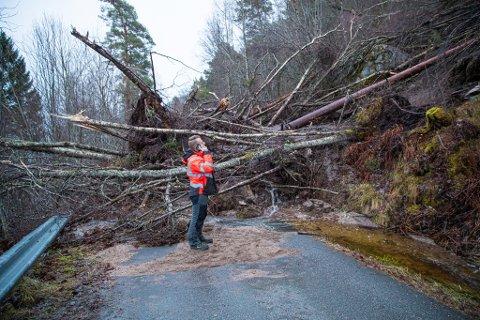 Emil Bråten fra kommunen er på rasstedet for å få oversikt over hendelsen.