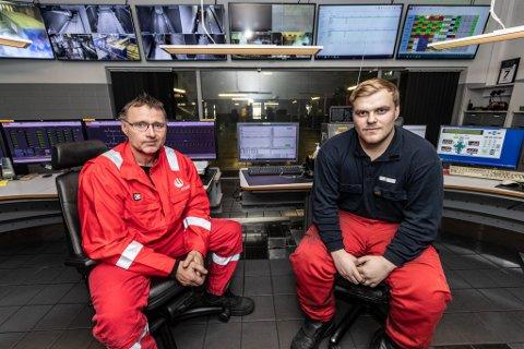 Finmalt: Olav Melkild (t.v.) og Håkon Hustad sørger for at blandingen av råstoffene går rett for seg. Mye av jobben går med til å følge med på de mange skjermene i kontrollrommet.