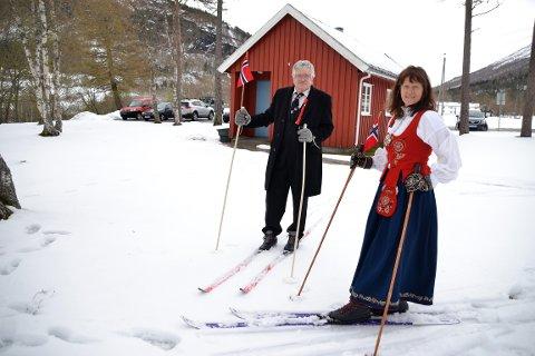 June Tverfjell Auestad og Oddgeir Auestad tok skia fatt over åkrane som ligg mellom heimen og Ålvundeid kyrkje. Godt føre var det og.
