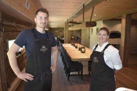 FULLT: Tore og Kristina Svinvik i Svinvik Gard har etter to stengte måneder åpnet restauranten igjen, og opplever at det er stor rift om plassene. Det er nemlig fullbooket til midten av juli.
