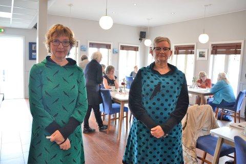 Søstrene Sidsel Melby Lenhartzen (t.v.) og Turid Melby Bråten var spente og tilsvarende glade for alle som kom til åpninga av deres separatutstilling på Tingvoll Fjordhotell.