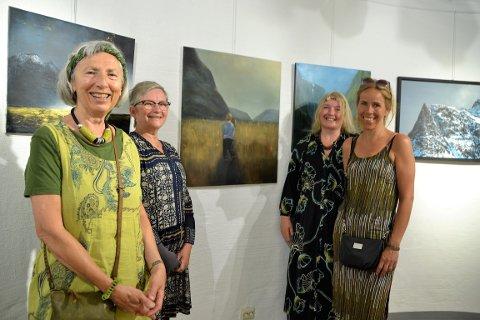 Utstillere: Christin Løkke (t.h.) fant inspiriasjon til dette motivet i et bilde fra Sunndal. Her sammen med leder av Sunndal Kunstlag, Hilde Furre, og to andre utstillere, Turid Melby Bråten og Åse Lyng.
