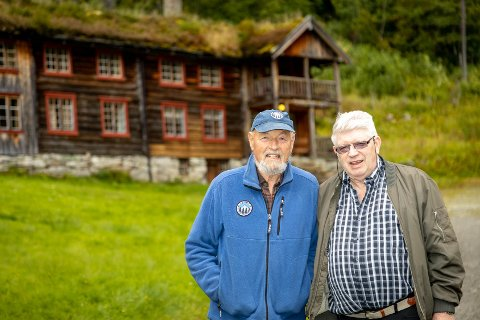 Fornøyd: Fra v. Eirik Gudmundsen, styreleder KNT, og Iver Innerdal, bestyrer på Innerdal Turisthytte.
