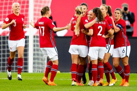 1-0: Norge feirer Guro Reitens scoring som ga Norge seier over Wales og matchball i EM-kvalifiseringen.