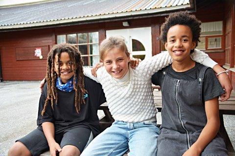 Disse tre hadde jobbet med å skape gymsalen om til kafè. F.v: Isaiah Dube, Mia G. Bråttvik og Imbali Ruth Dube.