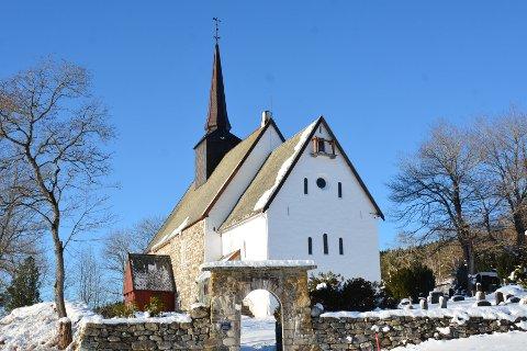 Kirken: Lykkes fellesrådet med å få søkere til kantor-stillingen, kan det gå både vinter og vår før vedkommende er på plass over  tangentene i tingvollkirken.