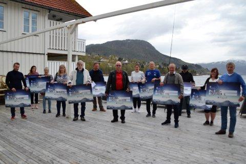 Glade mottakere: Onsdag ettermiddag møtte 13 representanter for sine lag og foreninger i Gjemnes og Tingvoll fram på Tingvoll Hotell for å få overrakt pengesjekken fra Sparebankstiftelsen TIngvoll.