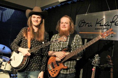 Grøabygg: Ole Smisetfoss Sørdahl (t.h.) frå Grøa er bassist i bluegrassbandet Røstad Grass Brothers, kor Karsten Lorents Klungsøyr er vokalist.
