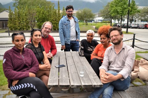 Sommerintro: Roland Werner (bakerst til venstre) er programrådgiver for flyktningene i Tingvoll, mens Gideon Steinberg (forrest til høyre) har undervisningsansvaret for sommerintroprogrammet ved Sunndal voksenopplæring i sommer. Her sammen med noen av deltakerne.