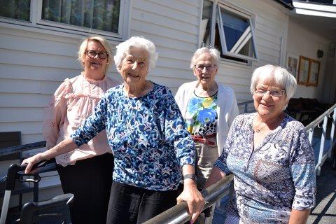 Økt besøk: Anita Lehne (t.v.) i kommunen og Lise Karin Meisal (t.v.) er opptatte av at Pensjonistsenteret skal bli mer besøkt. Eline Melkild (foran) og Astrid Vullum håper å få hjelp til å komme seg oftere på besøk dit.