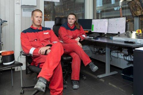 Den nye generasjonen: Steffen Sørvik og Renate Kongshaug er nyansatte på støperiet, og trives veldig godt med arbeidsplassen sin.