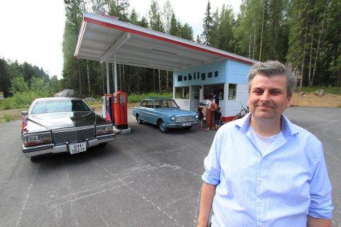 PÅ STASJONEN: Morten Reiten foran Mobil-stasjonen, slik den nå står på Norsk vegmuseum.
