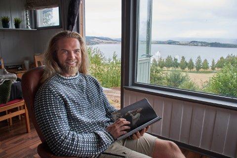 BOKAKTUELL: Lasse Matberg (36) har kjøpt seg hytte på Hylla, og skal satse mer på egne ting nå når han har sluttet i jobben hos Forsvaret.