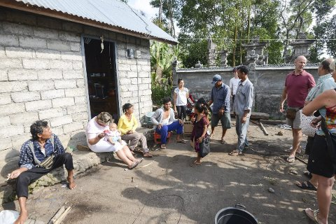 – ENORMT: Terje Holte Nilsen (nummer tre fra høyre) fra Risør sier at det er «enormt» hvordan den firivllige organisasjonen Gi Dem en Framtid har fått den balinesiske landsbyen Abang ut av «elendigheten» på. De tre siste årene har organisasjonen vært engasjert i landsbyen. Bildet er tatt i fjor sommer.