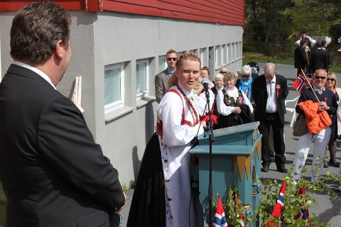 FORSØKTE SEG: Trine Jacobsen forsøkte å få Erna Solberg til 17. mai-feiring på Hope neste år, men statsministeren måtte takke nei. I år var det daværende fylkesmann Øystein Djupedal som kom på besøk og holdt en flott tale.
