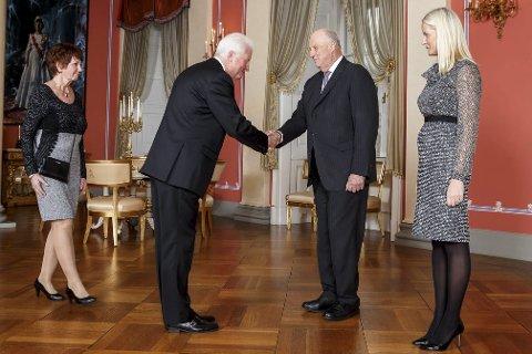 MØTTE KONGEN: Roar Marcussen (nummer to fra venstre), her med sin kone Edel S. Marcussen (til venstre), var før helgen på besøk på Slottet i Oslo og fikk hilse på Kong Harald (nummer tre fra venstre) og kronprinsesse Mette-Marit (til høyre).Foto: Heiko Junge, NTB scanpix