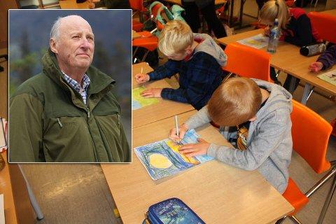 ROYAL OPPGAVE: Tredje- og fjerdeklassingene ved Gjerstad skole skal tegne for kongen (innfelt).
