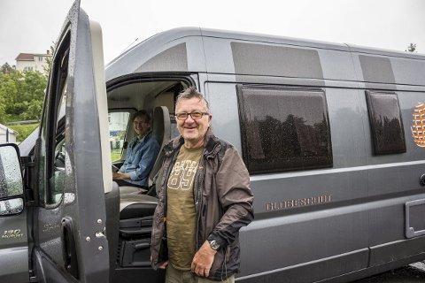 «GRATIS»: Den tyske bobilturisten Schott Lothar, er en kort tur innom parkeringsplassen på Tjenna, før han og konen drar videre. – Det fine med Norge er at man har flere steder å stå gratis, sier han.