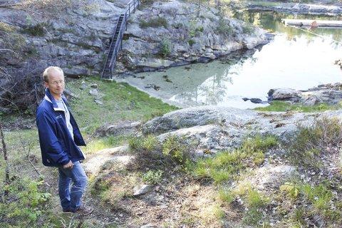 Ivrig: Bernt Tronstad har holdt på å lage stier på Finnøya siden 2011. Nå står de endelig ferdig og han håper folk kommer seg ut for å bruke dem.Foto: Ole Henrik Hansen