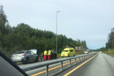 POLITI OG AMBULANSE TIL STEDET: En bil kjørte i midtrabatten på Østerholtheia fredag ettermiddag.