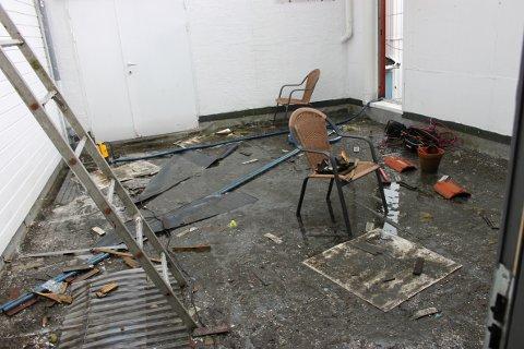 FYLT OPP: Vannet flommet over den 27 centimeter høye kanten på taket. Deretter tok vannet seg inn Vinmonopolets lokaler.