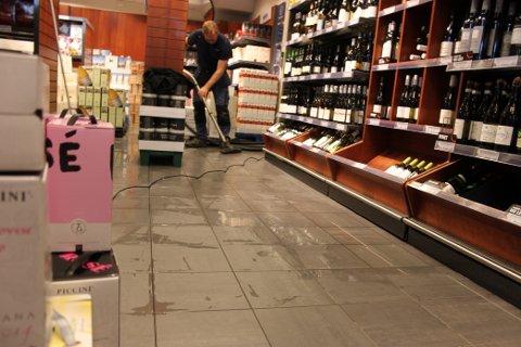 MÅ FJERNES: Vannet må bort før kundene kan slippes inn igjen.