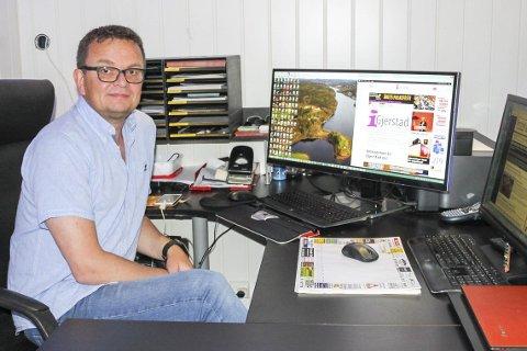 SATSER I NY DRAKT: Rune Hagestrand, her ved hjemmekontoret sitt i Gjerstad, har stor tro på sin nye nettside, som ble lansert ved midnatt. – Mange er nysgjerrige, sier han.