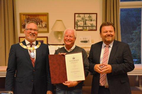 Roar Marcussen fikk i kveld kongens fortjenestemedlaje, med tilhørende diplom. Fra offentlig hold var ordfører i Risør, Per Kr. Lunden (t.v) og fylkesmann Øystein Djupedal (t.h.)