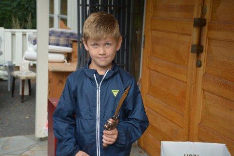 FOR EN TIER: Sindre Andersen Gjernes går i andreklasse på Risør barneskole. Lørdag lånte han bort sparepengene sine til mamma. Les hvorfor under. Selv ble han den lykkelige eier av et samuraisverd, til den nette sum av ti kroner.