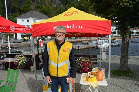 KrF stilte med Steinar Johansen, mens førstekandidat Lill-Jorunn Larsen var travelt opptatt med å dele ut munker til andre velgere på torvet.