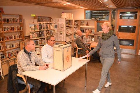Førstemann til urnen under årets kommune- og fylkestings-valg var Lena Westly.