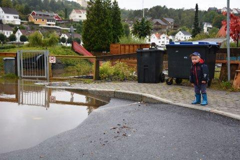 Isak (3 år til søndag) kom ikke inn porten på Tjenna Barnehage i dag, på grunn av de store vannmengdene.