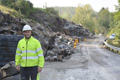 HEKTISK: Det er mye aktivitet på Risørveien om dagen, og store mengder stein skal i de neste ukene fraktes vekk. Til mandag starter frakten til Stangholmen, over Krana, sier Olav Heiland i Knut Haugsjå AS.