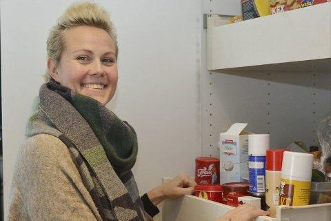 Fra kaos til system: En kraftig opprydning i både matskap og fryser var starten på det nye matprosjektet i familien Wessel Holst på Tangen.  Nå har Trine full oversikt over hva det til enhver tid inneholder. Slik sparer familien penger, samtidig som de bidrar til å redusere de enorme mengdene matfall i Norge.