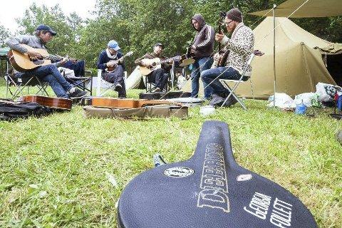 UT AV Risør: Førstkommende sommer blir det ikke bluegrassfestival på Hommen Gård i Risør. Arrangørene av fjorårets festival, Strenger i Gress, har bestemt seg for å flytte festivalen til Vikersund. Her er Smallholders fra Stavanger under fjorårets festival.