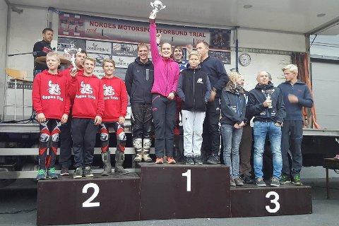 PÅ TOPPEN AV PALLEN: Oda Sletta kunne løfte pokalen etter NM-seieren sammen med Nikolai Nilsen, Mats Pedersen og Øyvind Olafsen. De vant åpen klasse under helgens trial-NM i Grimstad.