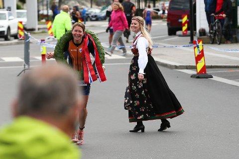 ØYEBLIKKET: Det var da Tone Solodden (i bunad) ga laurbærkransen til Brita Cecilie Mustad at hun skjønte at seieren var et faktum.