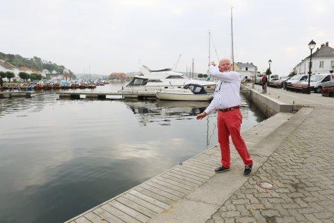 Formann i hoppkomiteen og rennleder Dag Olsen på bryggekanten der hoppbakken vil stå på lørdag.