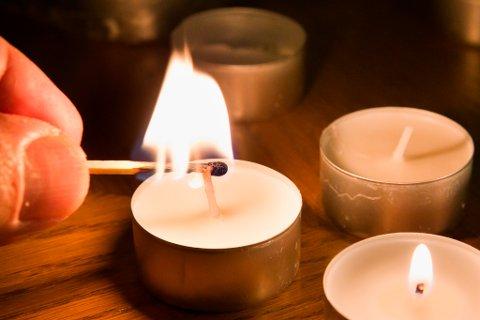 Over 300 husstander i Risør kommune måtte lørdag finne frem levende lys for å kompensere for manglende strøm.